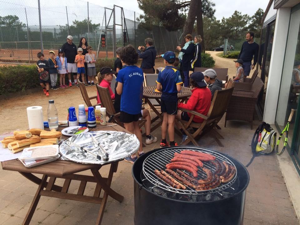 Enfants au barbecue du Tennis Club de Quehan.