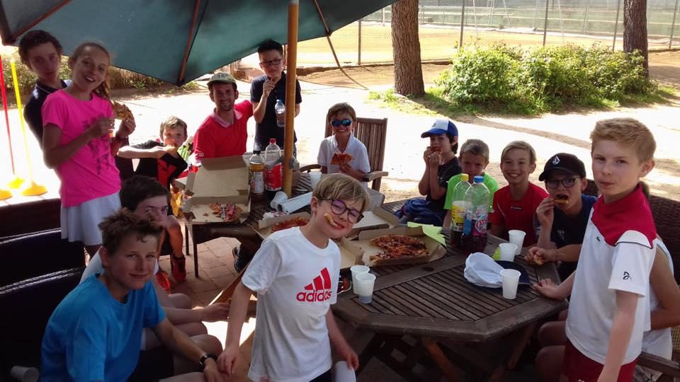 Groupe d'enfants joueurs de tennis et pizzas sur la terrasse du Tennis Club de Quehan.
