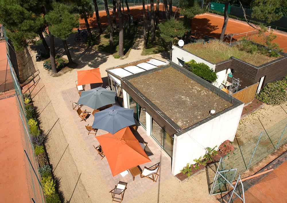 Vue drone de la terrasse et parasols du Tennis Club de Quehan.