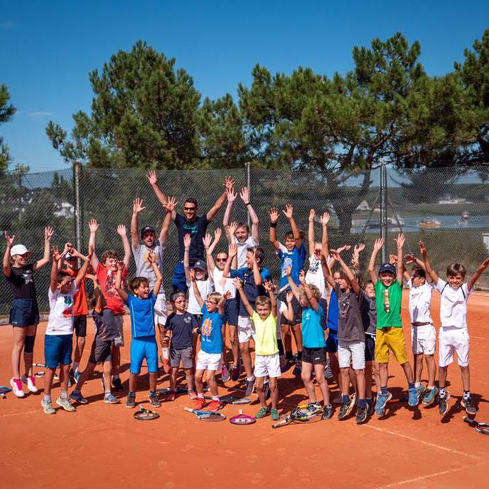 Groupe d'enfants sur terrain du Tennis Club de Quehan.