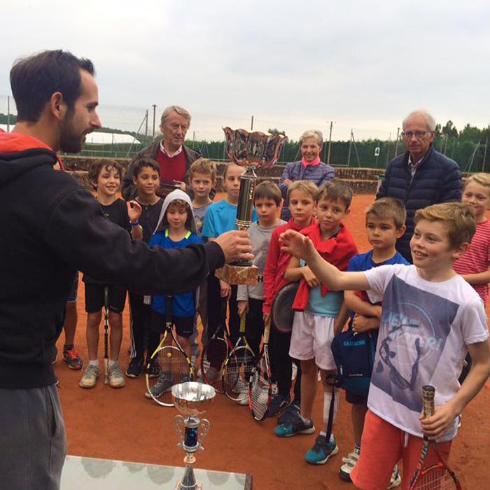 Remise de coupe lors d'un tournoi de tennis junior.