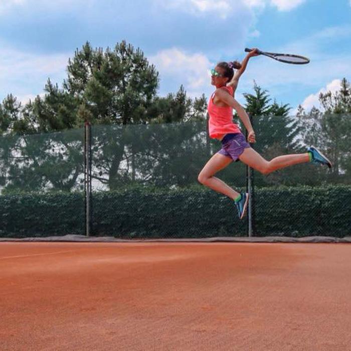 Tennis woman à la volée.